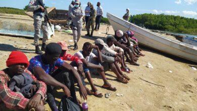 Photo of Codopesca, Medio Ambiente, Senpa y Armada Dominicana detienen 15 haitianos y les ocupan cinco embarcaciones al ser sorprendidos pescando ilegamente en Montecristi
