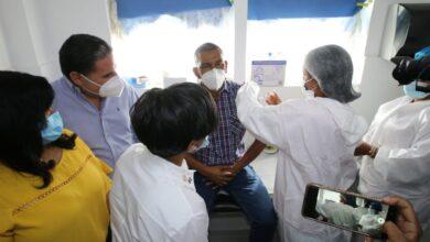 Photo of En Montecristi director del hospital Padre Fantino fue el primero  en vacunar